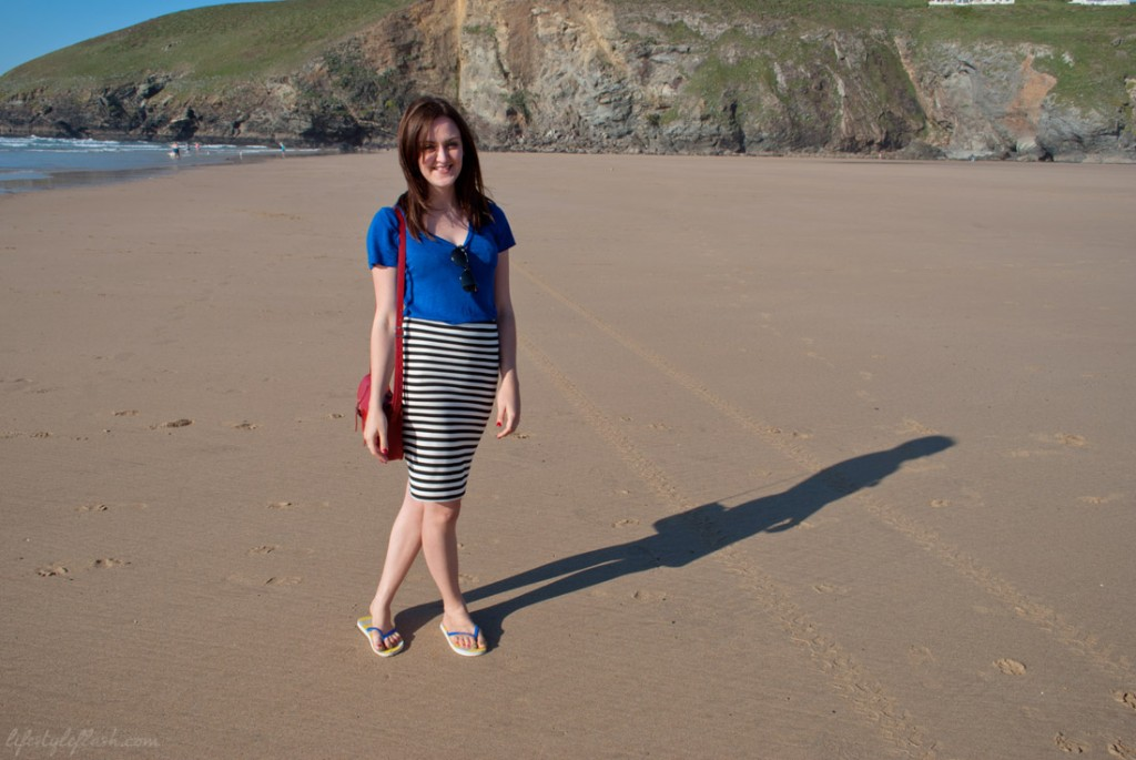 Outfit I wore on Mawgan Porth Beach: blue MANGO t-shirt, striped Primark pencil skirt, Cambridge Satchel